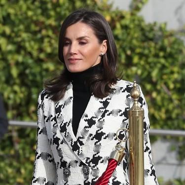 La Reina Letizia viaja a Cuba con el blazer de pata de gallo de Uterqüe que todas deseamos (y hemos encontrado uno muy parecido en Zara)