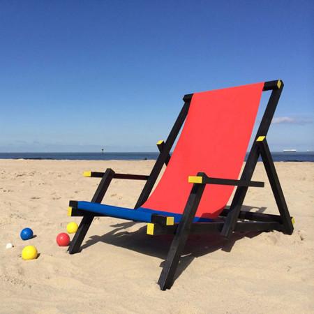 Para ser el rey de la playa necesitas esta tumbona inspirada en la silla Rietveld