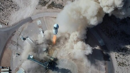 El cohete de Jeff Bezos hará en julio el primer vuelo con tripulación: están subastando uno de los billetes al espacio