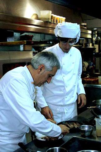 Javier y Adolfo cocinando
