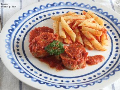 Medallones de solomillo con salsa de tomate y guarnición de pasta. Plato único para toda la familia