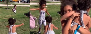 El bonito vídeo viral de una bebé abrazando a su hermana mayor tras esperar todo el día a que volviera del cole