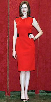 Anne Hathaway, ¿o la nueva mujer de rojo?