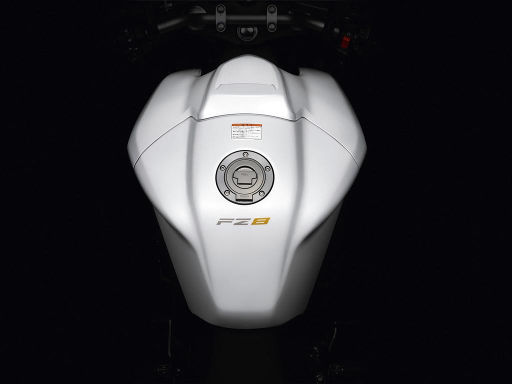 Foto de Yamaha FZ8, el mismo producto con dos enfoques (1/26)
