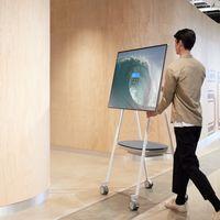 Microsoft Surface Hub 2S es la pizarra interactiva de 50 pulgadas con ruedas para moverse por la oficina por unos 8.000 euros