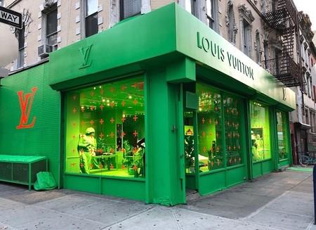 Louis Vuitton ha pintado de verde neón su nueva tienda pop up de Nueva York, pero no te asustes, los bolsos están intactos