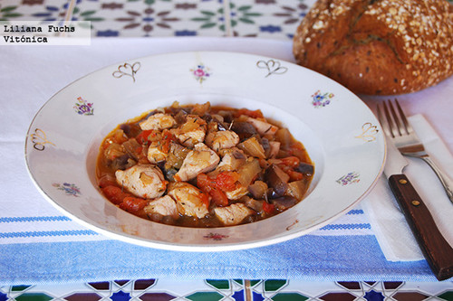 Pollo en salsa de berenjena y tomate. Receta saludable