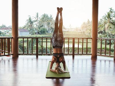 Los beneficios de las asanas invertidas de Yoga