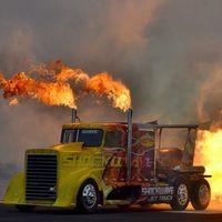 El camión más rápido del mundo se llama Shockwave, lo propulsan tres turbinas de avión y supera los 600 km/h