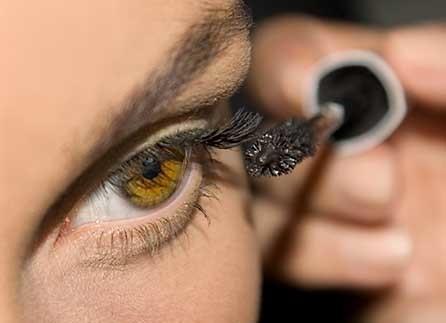 Maquillarse diariamente mejora el equilibrio y la coordinación