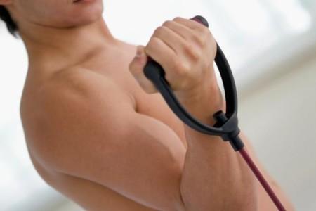 Tres rutinas con bandas elásticas, de 10 minutos o menos, para trabajar tu cuerpo en casa