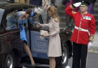 A palabras ¿necias?, oídos sordos de la princesa Beatriz. Sale a su subasta su tocado de la boda real.