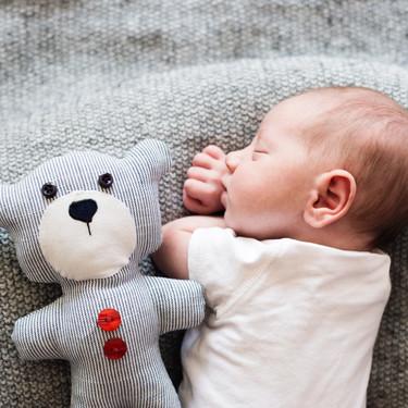 ¿Debería darle la vuelta al bebé si se pone boca abajo mientras duerme?