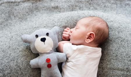 59f22eb8b2af ¿Debería darle la vuelta al bebé si se pone boca abajo mientras duerme?