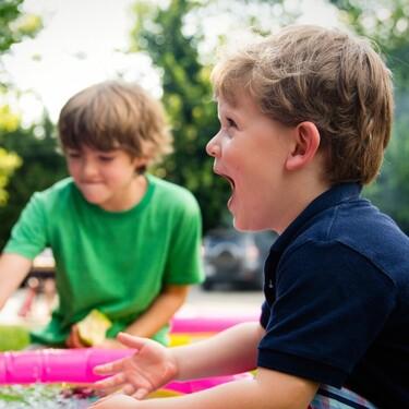 """Mételos al agua o llévalos afuera"", el consejo viral para calmar a bebés y niños que miles de padres afirman es infalible"