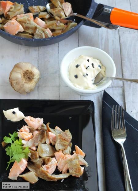 Salteado ligero de setas y salmón con falso alioli de ajo negro