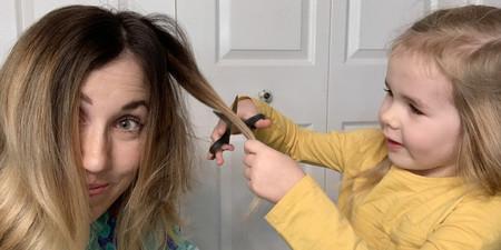 Tras comenzar a perder su pelo por las quimioterapias, una madre decidió pedir a su hija de cuatro años que le hiciera un corte muy especial