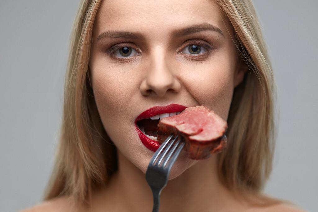 Comer carne cruda y descompuesta durante meses: una de tantas tendencias de alto riesgo que encontramos en internet