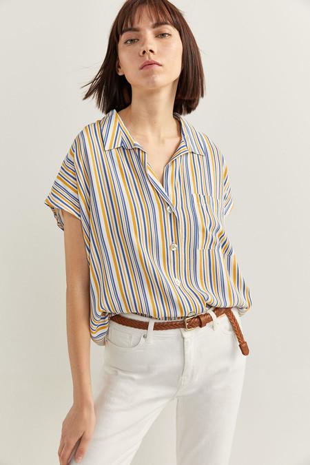 Camisa fluida de manga corta, con un bolsillo a la altura del pecho, con estampado.