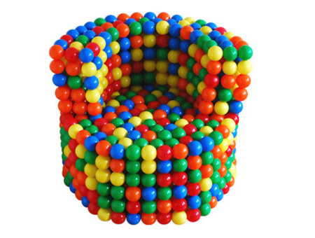 Strict, un pouf con bolas de colores