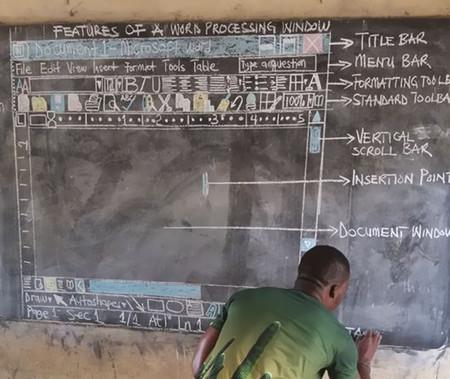 Este profesor de Ghana no necesita ordenadores para enseñar 'Word', sólo una pizarra, tiza y ganas de cambiar el mundo
