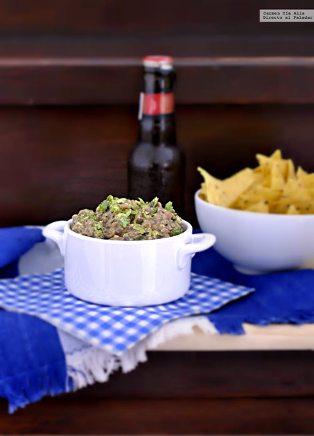 Dip vegetariano de aguacate y ajo negro. Receta de picoteo