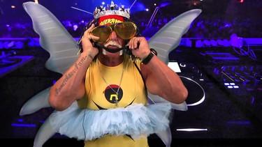 Hulk Hogan cantando por Lady Gaga con unas alas... o algo así