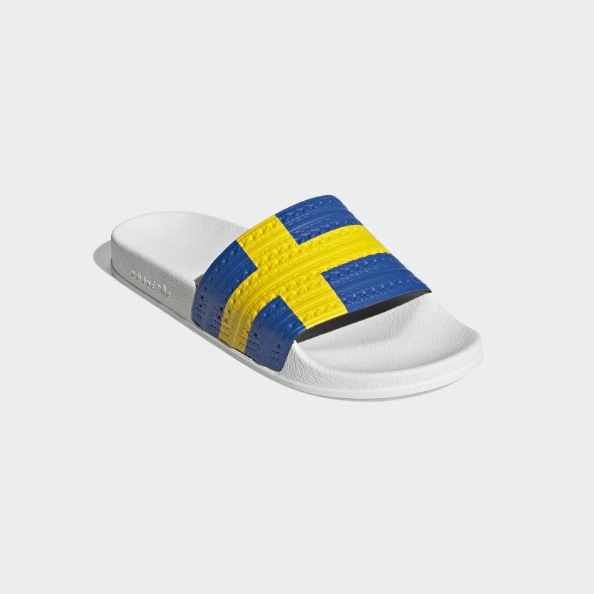 Con la bandera de Suecia.