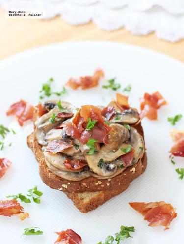 Tostadas de pan con champiñones y jamón serrano. Receta