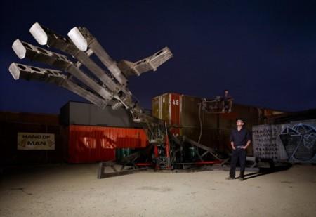 En Rusia, si tienes una mano gigante puedes romper coches
