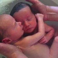 Baby Bath Spa: el baño de los gemelos dormidos que reproduce la vida en el útero materno