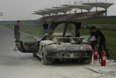 Porsche Carrera GT ardiendo en Shangai