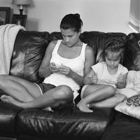 Las impactantes fotos de familias sin móviles ni tablets que muestran cuán enganchados estamos