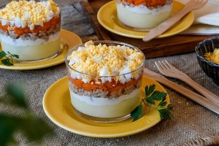 Ensalada mimosa en vasitos individuales o cómo dar un toque elegante a una comida de picoteo