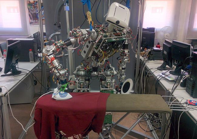 Este robot es capaz de planchar sin dejar ni una arruga con algoritmos, cámara 3D y una plancha tradicional