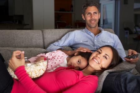 Familia ve la tele por la noche