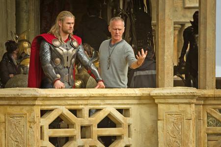 Chris Hemsworth y Alan Taylor en el rodaje de Thor 2
