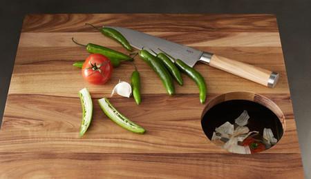 Práctica tabla de cortar con un agujero para la basura
