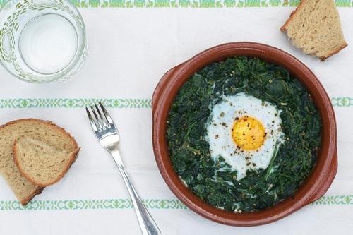 Huevos al horno con espinacas y tomate: receta saludable