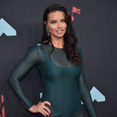 Adriana Lima sube la temperatura con un vestido transparente en la alfombra roja de los MTV VMAs 2019