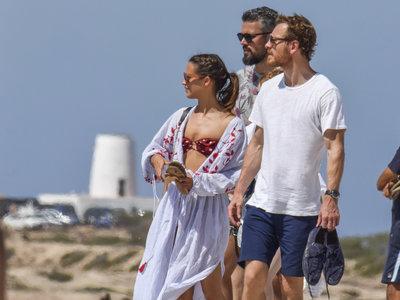 Alicia Vikander y Michael Fassbender pasean su amor (y cuerpazo) por Formentera con look de Zara