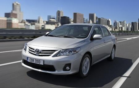 Toyota Corolla sedán gris plata