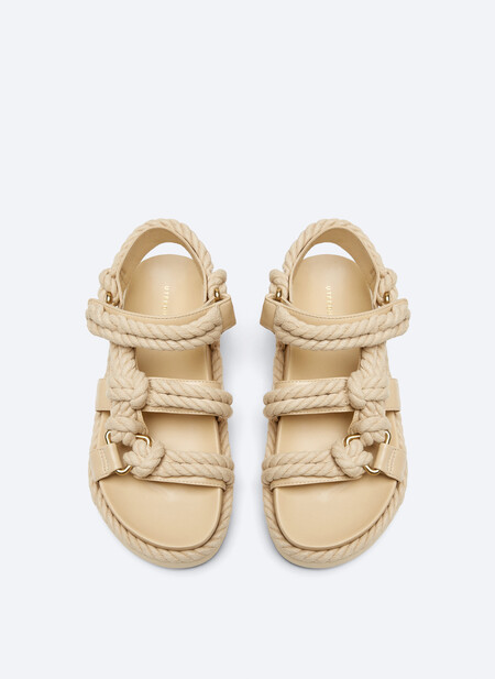https://www.uterque.com/es/calzado/sandalias-planas/sandalia-plana-piel-cuerda-c1903002p9235001.html?colorId=111&stylism=01&xmset=1