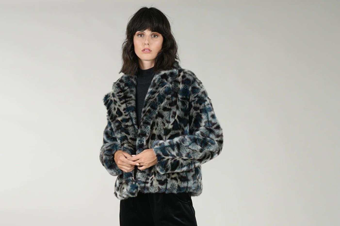Abrigo de pelo de mujer corto con estampado animal de Molly Bracken