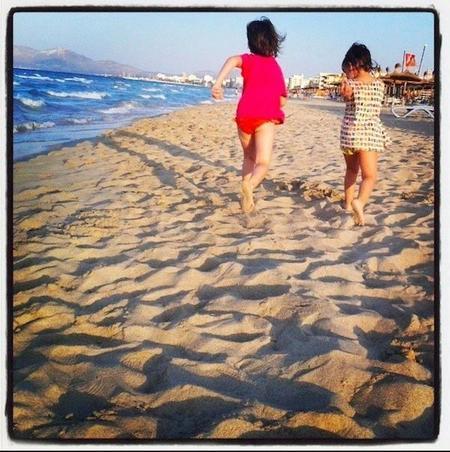 Caminar descalzos por la arena: experiencia, aprendizaje y salud para bebés y niños