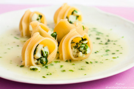 Receta de caracolas rellenas de calamar en salsa verde de cilantro y albahaca