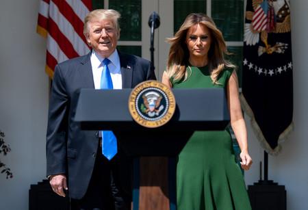 Melania Trump luce como nadie un vestido rebajado de marca con unos zapatos floreados de Christian Louboutin