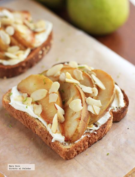 Pan tostado con peras, queso y almendras. Receta sencilla para el desayuno