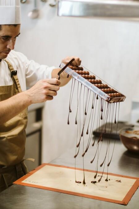 El chef pastelero Matías Farfán en plena faena
