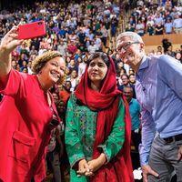 El Teatro Steve Jobs se llena con motivo de una visita de la activista Malala Yousafza